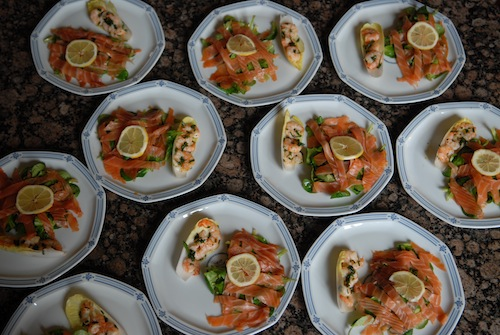 Les petits plats d 39 olivier saumon fum sur lit de m che et crevettes sur feuille d endive - Comment presenter des crevettes en entree ...