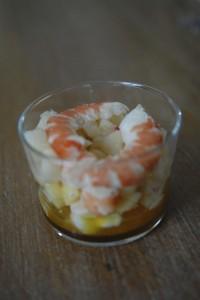 Verrine aux crevettes et fruits frais.